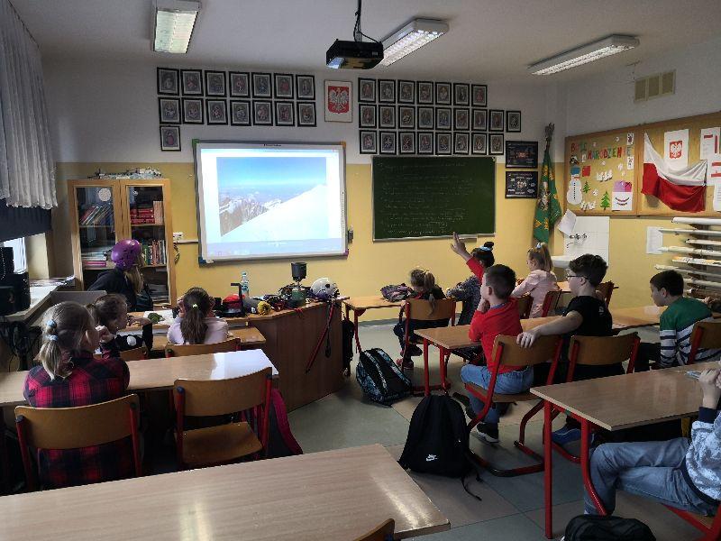 Na zdjęciu pani Dominika Szweda, która opowiada piątoklasistom o swojej pasji