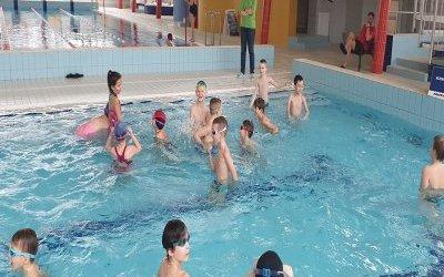 Uczniowie naszej szkoły rozpoczynają naukę pływania.